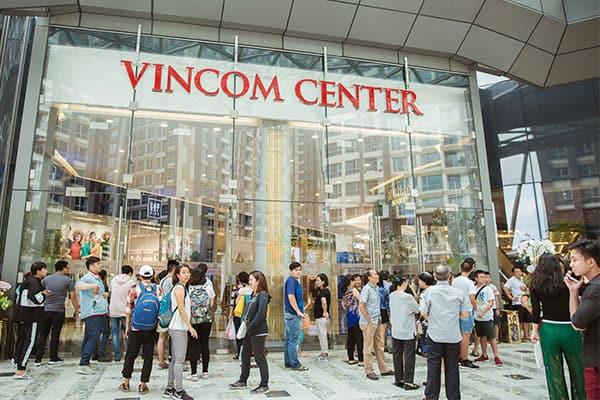 trước cổng Vincom Center thuộc Landmark 81